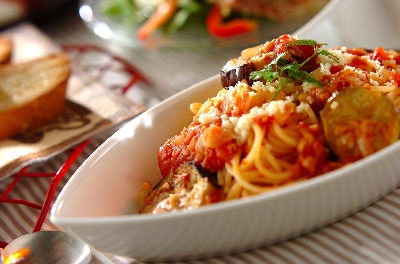 白い食器に盛られた、ツナとなすのトマトソースパスタ