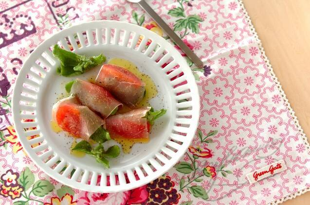 白の皿に盛られたアイスプラントの生ハム巻きサラダ