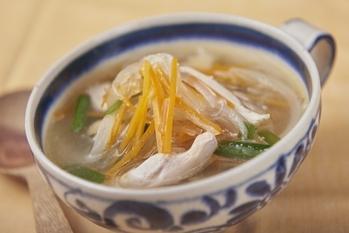 チキンボーンブロスで具だくさんの春雨スープ
