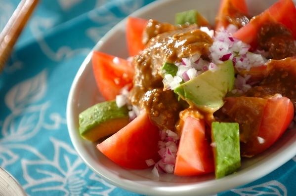白の皿に盛られたトマトとアボカドのサラダ