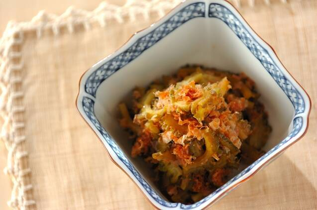四角い和食器に盛られたゴーヤの佃煮