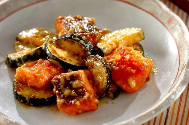 和皿に盛られた、鮭とズッキーニの味噌マヨネーズ和え