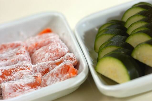 鮭とズッキーニのみそマヨ和えの作り方の手順1