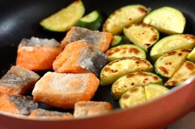 鮭とズッキーニのみそマヨ和えの作り方の手順3