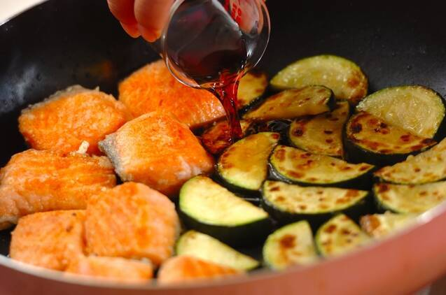 鮭とズッキーニのみそマヨ和えの作り方の手順4
