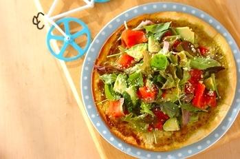 アボカドとサーモンのサラダピザ