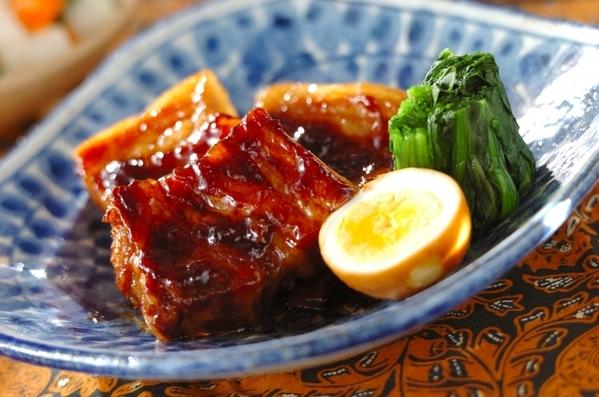 青色のお皿に入った豚バラ肉の黒糖八角風味