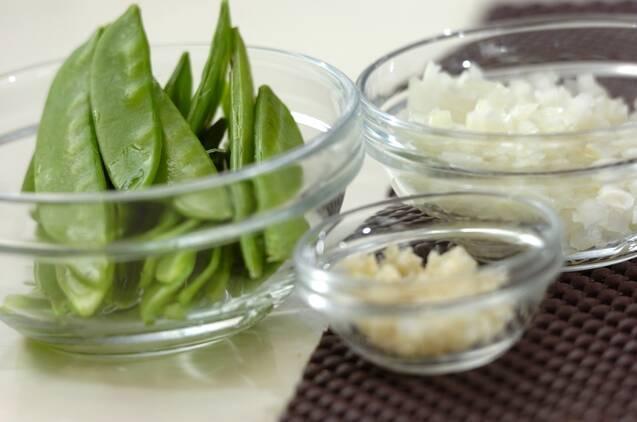 キヌサヤとシラスのペペロンチーノの作り方の手順1