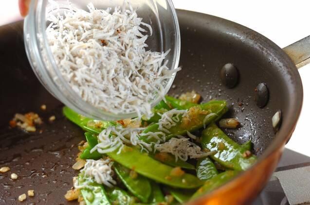 キヌサヤとシラスのペペロンチーノの作り方の手順3