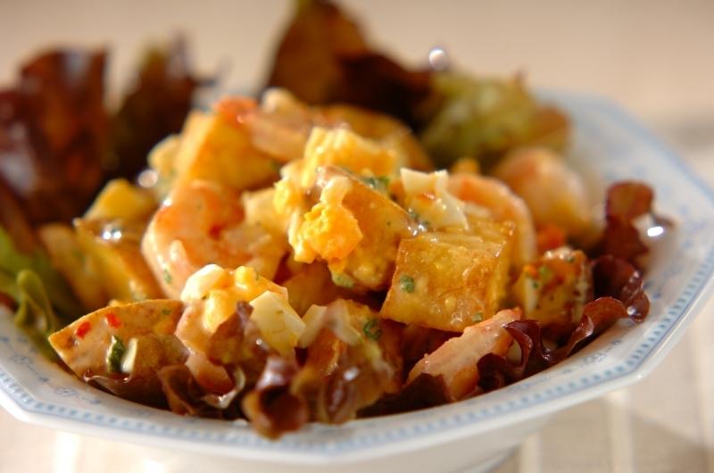 チリマヨで味付けした揚げたじゃがいもとエビと卵のサラダ