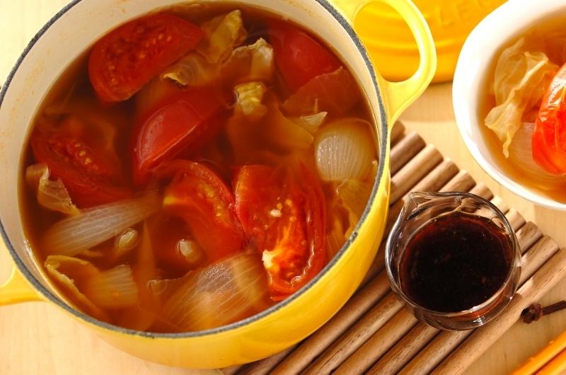 黄色い鍋に入ったトマトとベーコンのコンソメ鍋