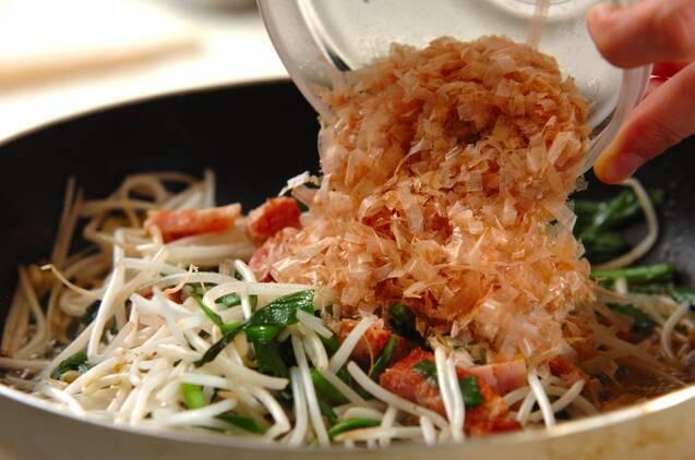モヤシとニラのベーコン炒めの作り方の手順4