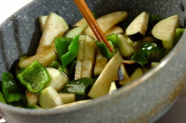 ナスとピーマンの炒め物の作り方の手順3