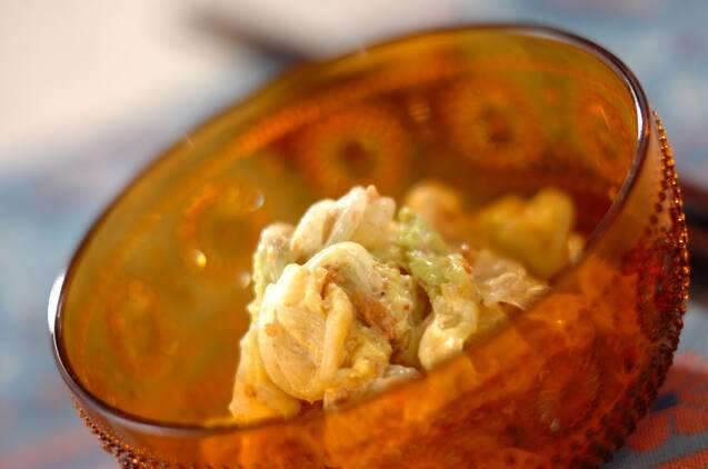 茶色い半透明の器に盛られたゆで白菜のサラダ