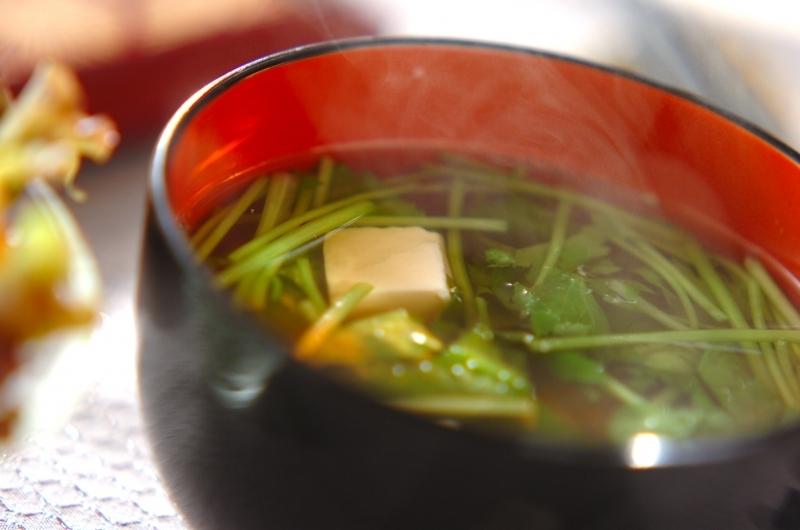 茶碗に盛られた豆腐のお吸い物
