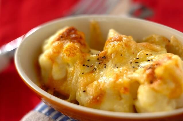 チーズがとろけた、グラタン皿にのったカリフラワー