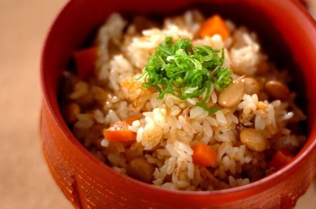 赤いお椀に入ったツナと大豆の炊き込みご飯
