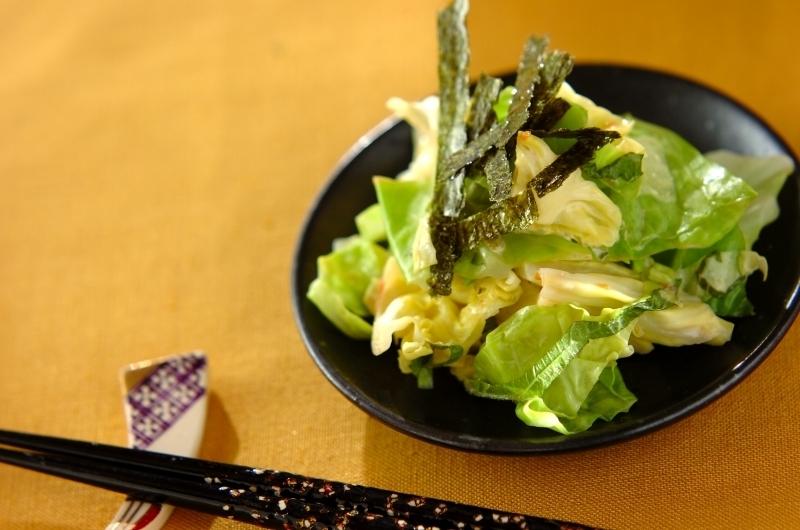 黒いお皿に盛られた春キャベツの梅マヨ和え