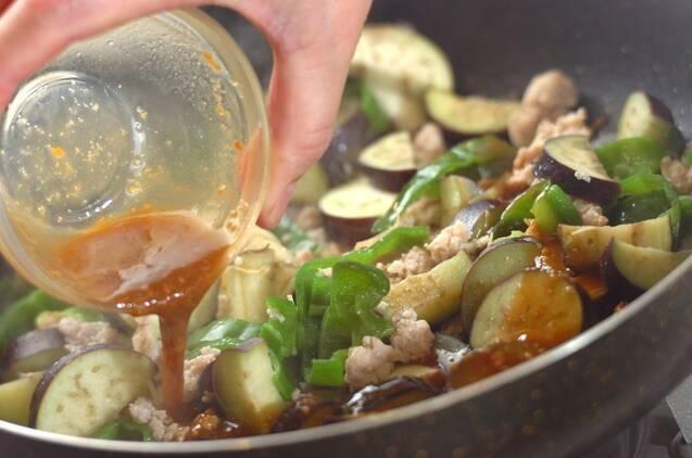 ナスとピーマンの鶏みそ丼の作り方の手順4