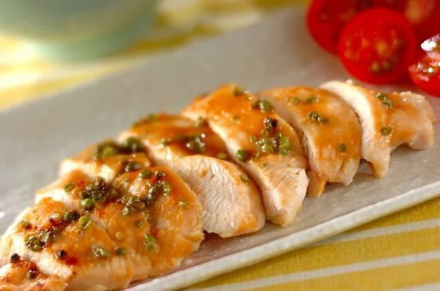 細長い器に盛り付けた鶏むね肉の山椒みそ焼き