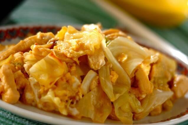 フチに赤色の模様が入った皿に盛られた、高野豆腐とキャベツの卵炒め