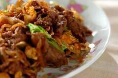 牛肉、卵、レタスの黒コショウ炒め