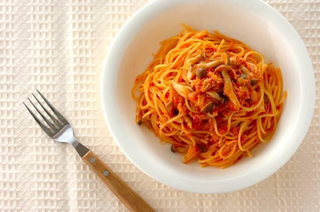 トマト缶で作ったツナとトマトソースのワンポットパスタが白いお皿に盛られている