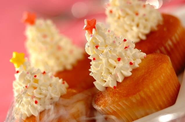 白い皿に並んだ、ホワイトツリーのカップケーキ