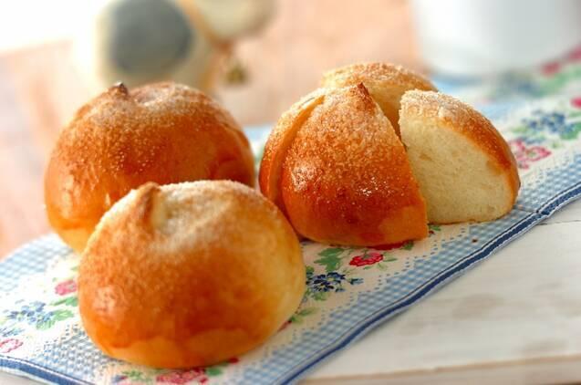まるいミルクパンが3つ並べられたテーブル