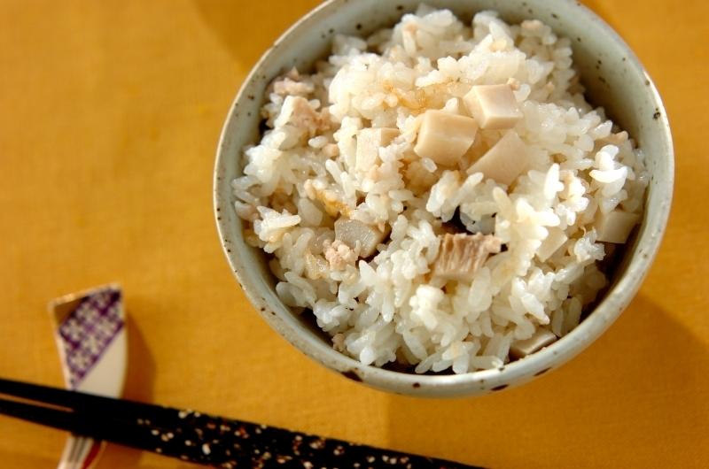 茶碗に盛られた鶏ひき肉とエリンギの炊き込みご飯