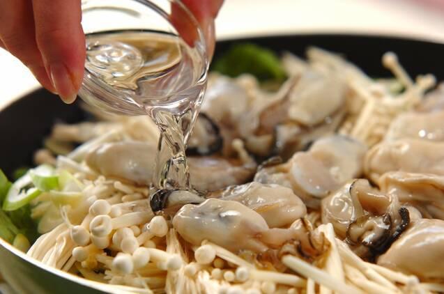 カキと春菊の酒蒸しの作り方の手順3