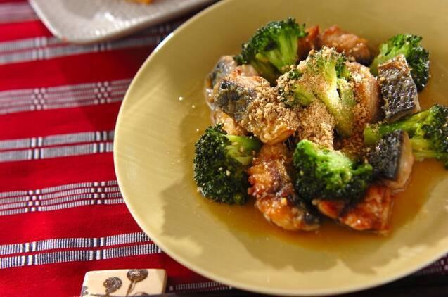 黄色い丸皿に盛られた、鯖とブロッコリーの味噌炒め
