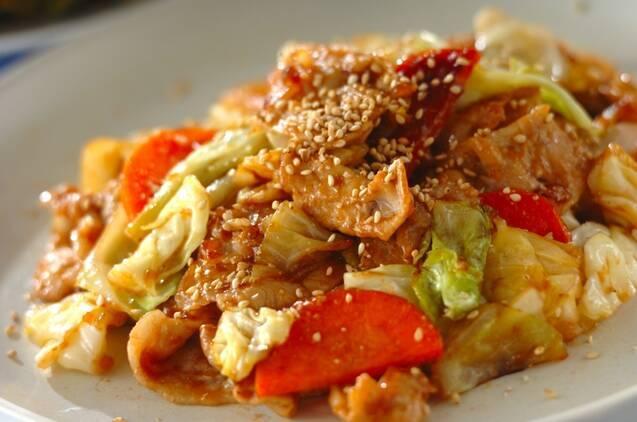 白い丸皿に盛り付けた豚肉とキャベツの炒め物