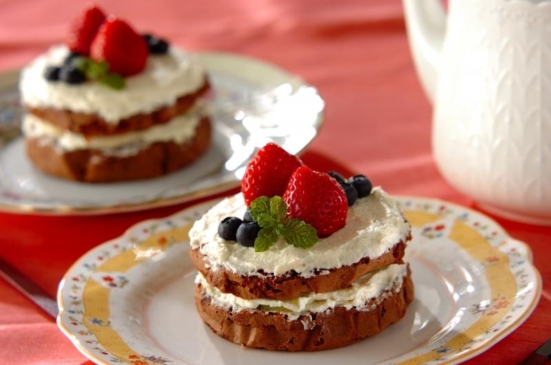 イチゴやブルーベリーが飾られたチョコのスポンジケーキ