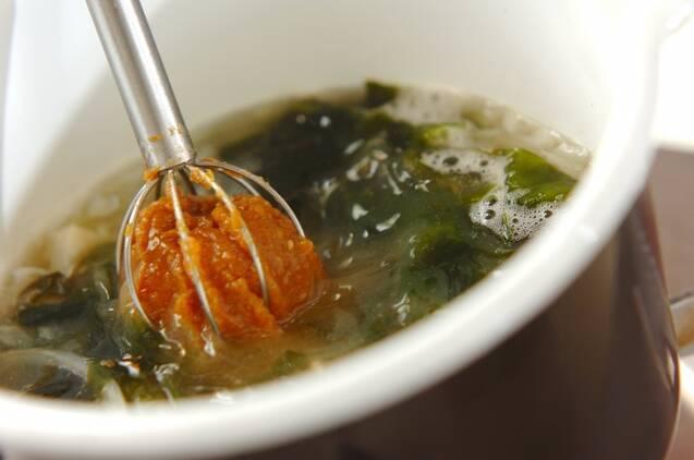 玉ネギとワカメのみそ汁の作り方の手順4