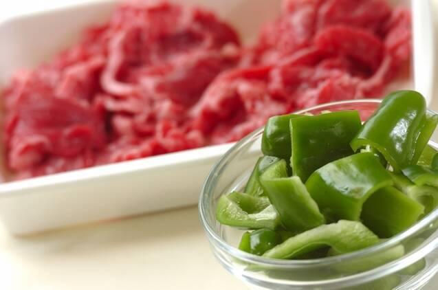 牛肉とコーンのガリバタ炒めの作り方の手順1