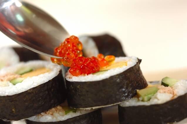 サラダ巻き寿司イクラのせの作り方の手順5