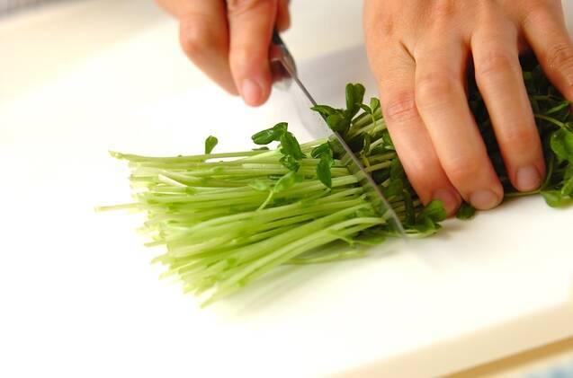 コンビーフと豆苗のガーリック風味スパゲティーの作り方の手順1