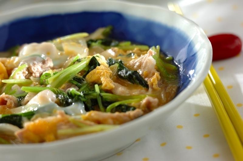 青いお皿に盛られた豚肉とみつばの卵とじ