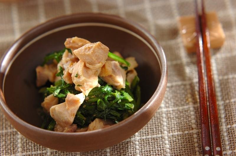 お皿に盛られた春菊と鶏肉のサラダ