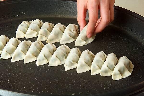 ホットプレート焼き餃子の作り方の手順8