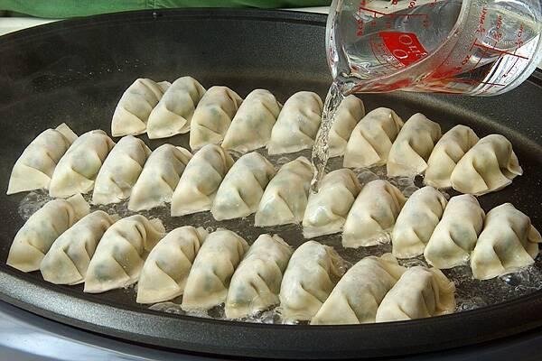 ホットプレート焼き餃子の作り方の手順9