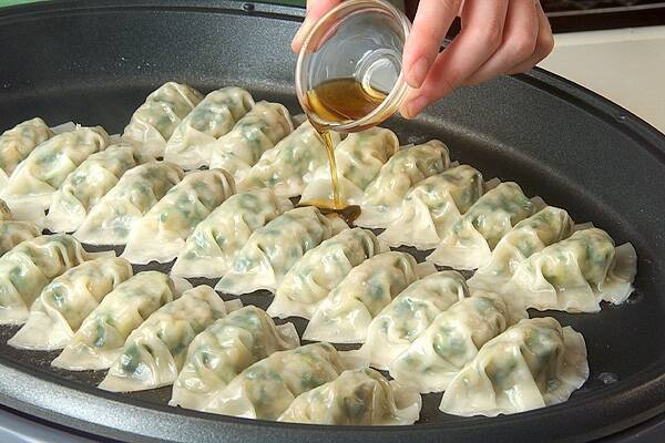 ホットプレート焼き餃子の作り方の手順10