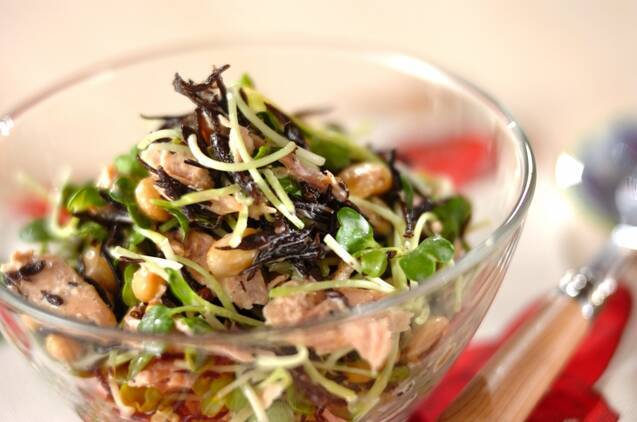 大豆とひじきの入ったサラダが盛られたガラス器