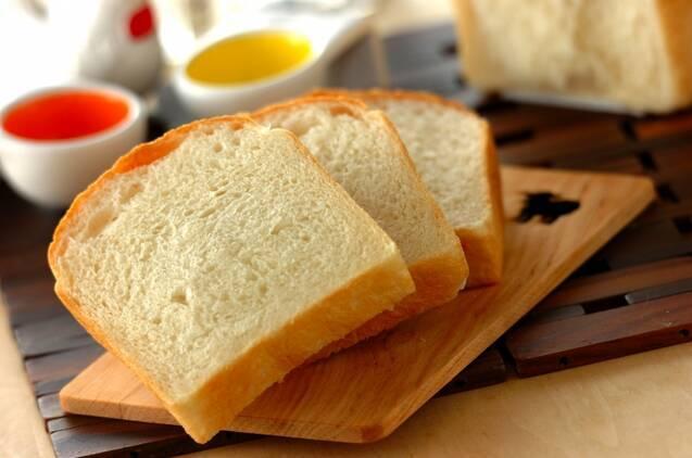 スライスした食パンが並べられた食卓
