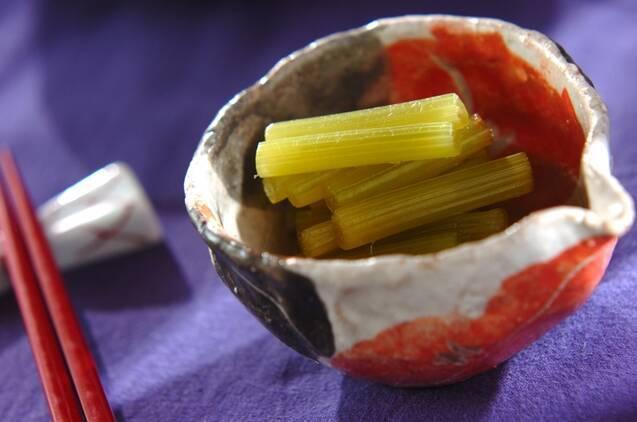 陶器の小鉢に盛り付けたふきのだし浸し