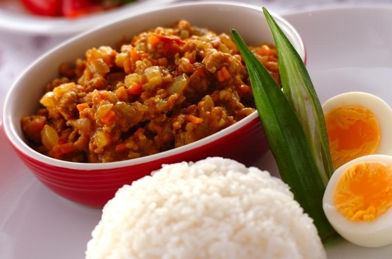 赤いお皿に盛られたキーマカレー