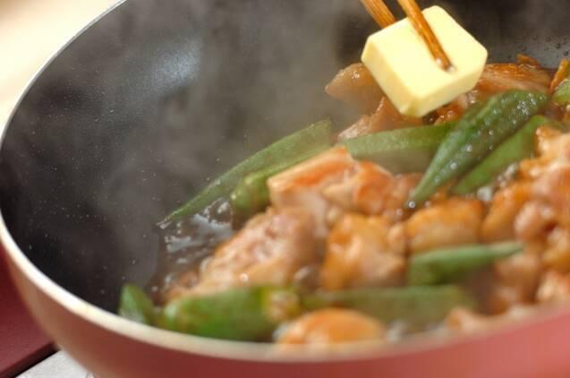 鶏とオクラのガーリックバターじょうゆ炒めの作り方の手順5