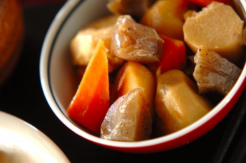 和食器に盛られた里芋とこんにゃくの煮物