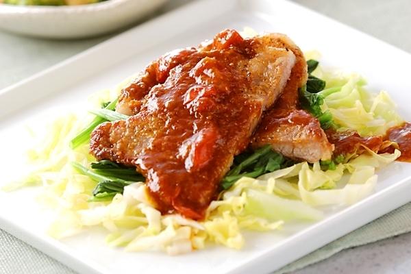 4. 豚肉のソテー、プチトマトソース添え